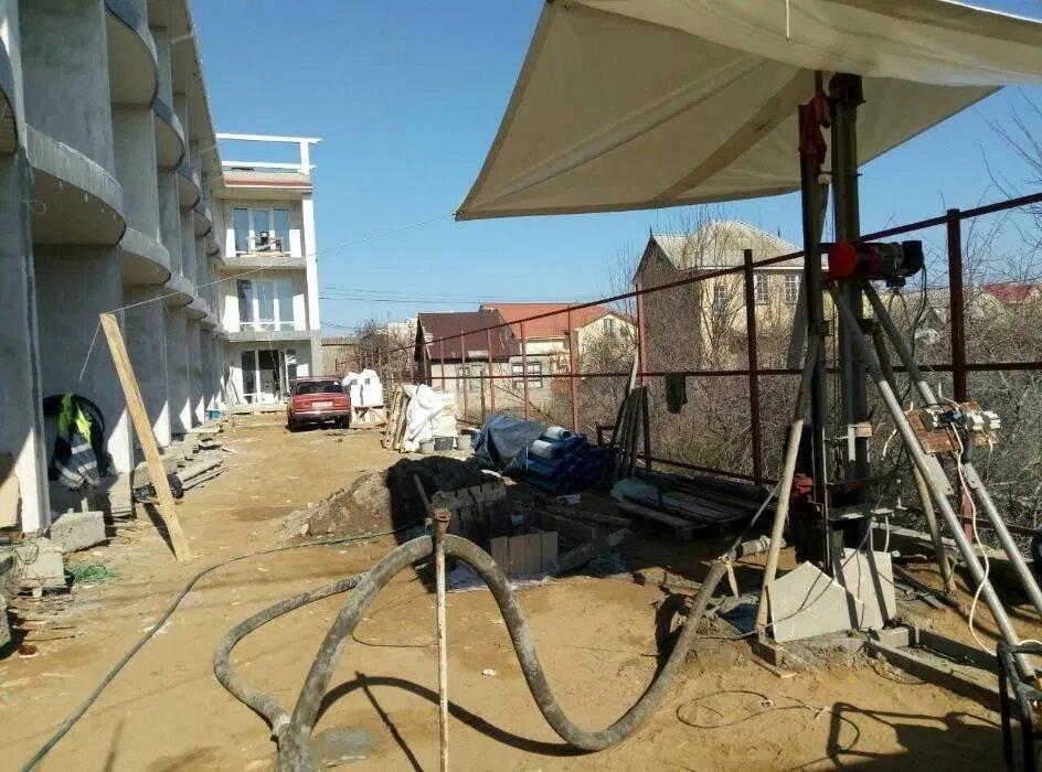 Процесс бурения скважины на побережье
